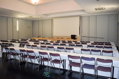 Salle de séminaire ou de conférence avec écran de projection